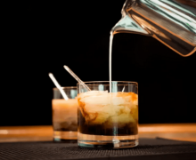 imagen Cóctel White Russian, realizado con Vodka y Crema de Leche